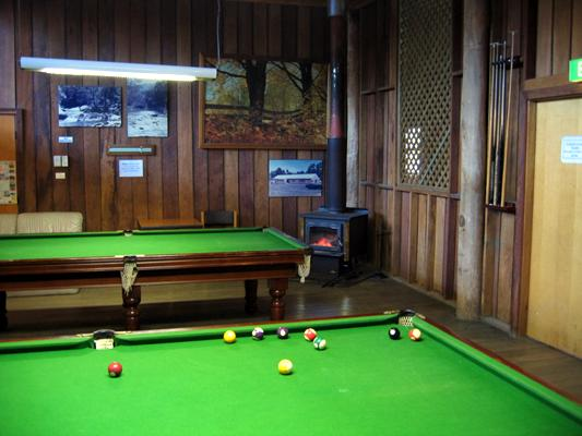 Riverwood Downs Mountain Valley Resort - Stroud: Games and pool room with open fire
